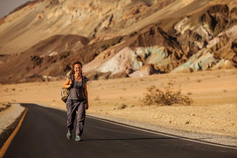 Liftervrouw die op een weg in de V.S. lopen royalty-vrije stock foto