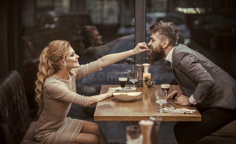 ligón y seducción ligón de pares atractivos en amor imágenes de archivo libres de regalías