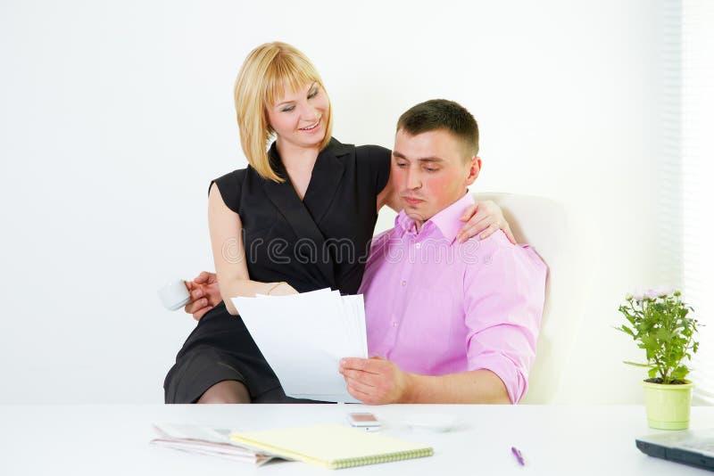 Lig3on romántico de la oficina con la protuberancia y la secretaria fotografía de archivo libre de regalías