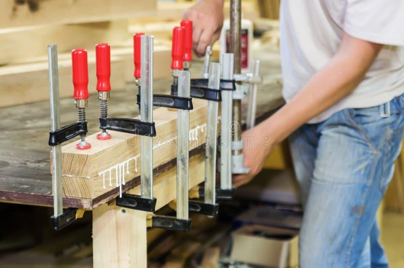 Ligação de partes de madeira na oficina da carpintaria fotos de stock royalty free