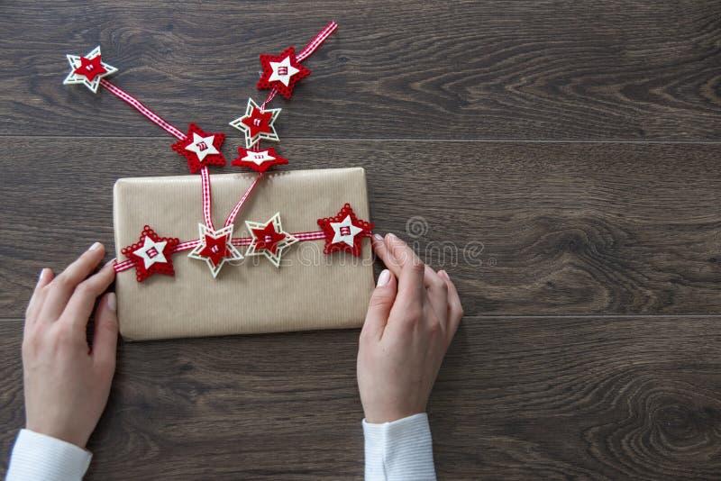 Ligação em ponte branca vestindo da jovem mulher que guarda a caixa de presente do Natal imagens de stock royalty free
