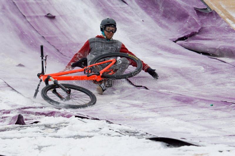 A ligação em ponte da bicicleta cai para baixo foto de stock royalty free