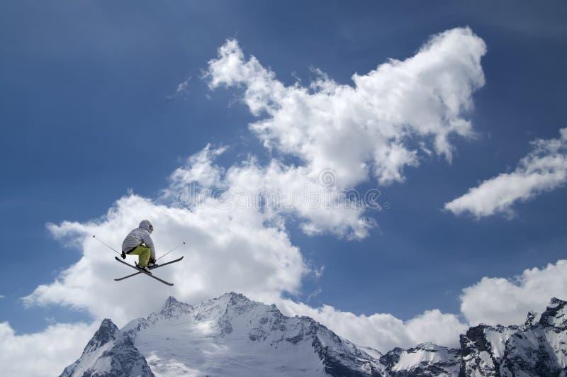 Ligação em ponte de esqui do estilo livre com esquis cruzados foto de stock royalty free