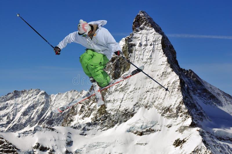 Ligação em ponte de Matterhorn e de esqui imagens de stock royalty free