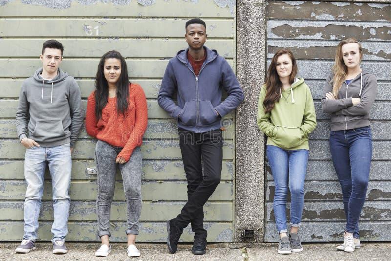 Liga av tonåringar som ut hänger i stads- miljö royaltyfri foto