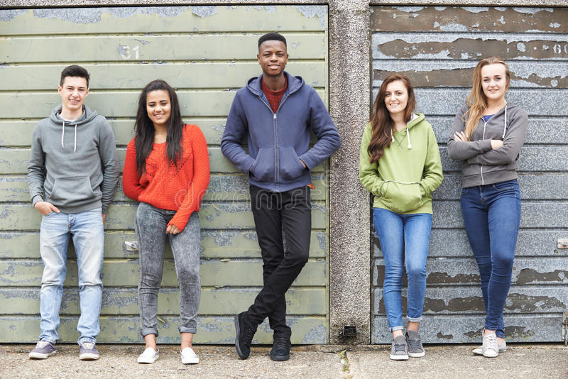 Liga av tonåringar som ut hänger i stads- miljö arkivfoton
