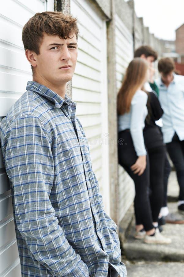 Liga av tonåringar som ut hänger i stads- miljö royaltyfri bild