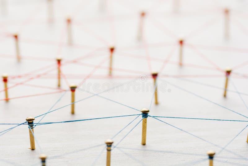 Ligando entidades Rede, trabalhos em rede, meio social, sumário de uma comunicação do Internet Uma rede pequena conectada à fotos de stock royalty free