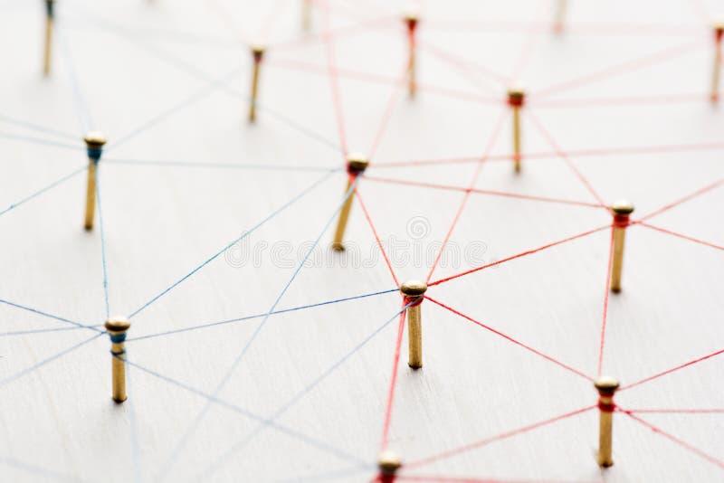 Ligando entidades Rede, trabalhos em rede, meio social, sumário de uma comunicação do Internet Uma rede pequena conectada à foto de stock