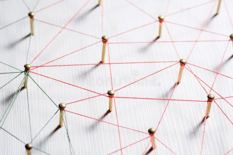 Ligando entidades Rede, trabalhos em rede, meio social, sumário de uma comunicação do Internet Uma rede pequena conectada à imagem de stock royalty free