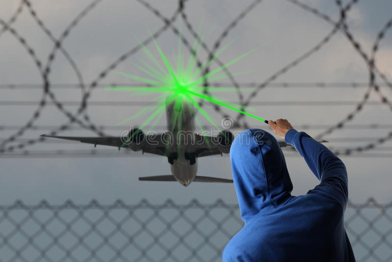 Ligando o avião cegado com um Laserpointer imagem de stock royalty free