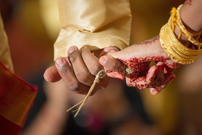 Ligando os dedos mindinhos em um casamento hindu Ceylonese foto de stock royalty free