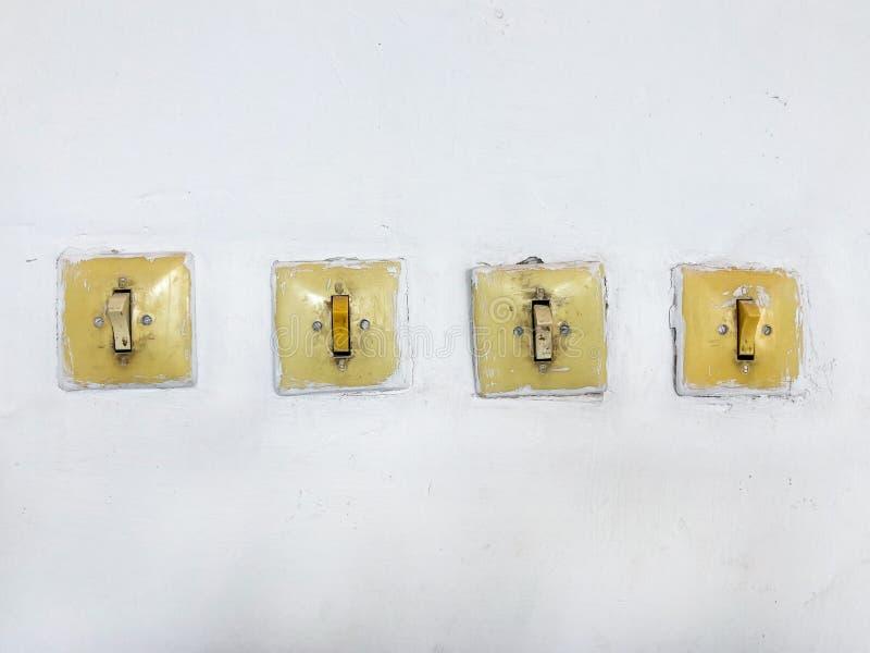 Ligar e interruptores da luz do vintage a parede fotos de stock