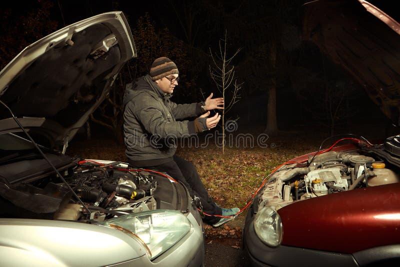 Ligar o carro descarregado com o outro nd do carro cabografa fotos de stock