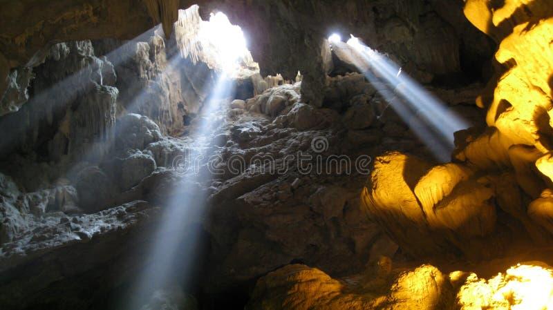 Ligero entrando en una cueva fotografía de archivo