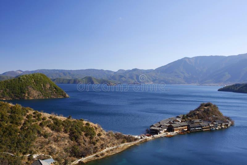 Ligeschiereiland in Lugu-meer blauw water en hoge hemel stock afbeelding