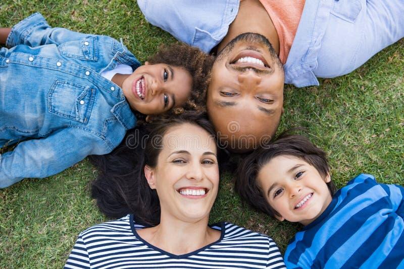 ligga för familjgräs royaltyfria foton