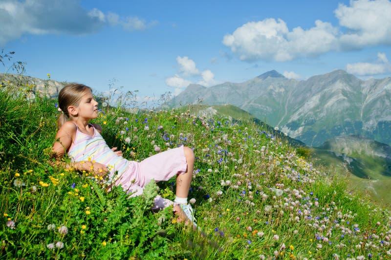liggande äng för alpsbackroundflicka royaltyfri fotografi