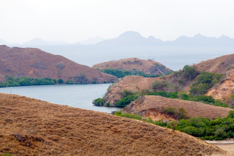 Liggande av öar i hav i Komodo royaltyfria bilder