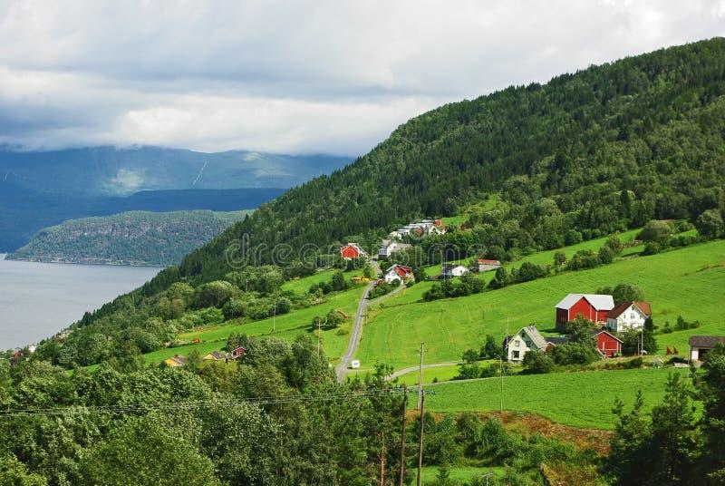 liggande bergiga nordliga norway arkivfoto