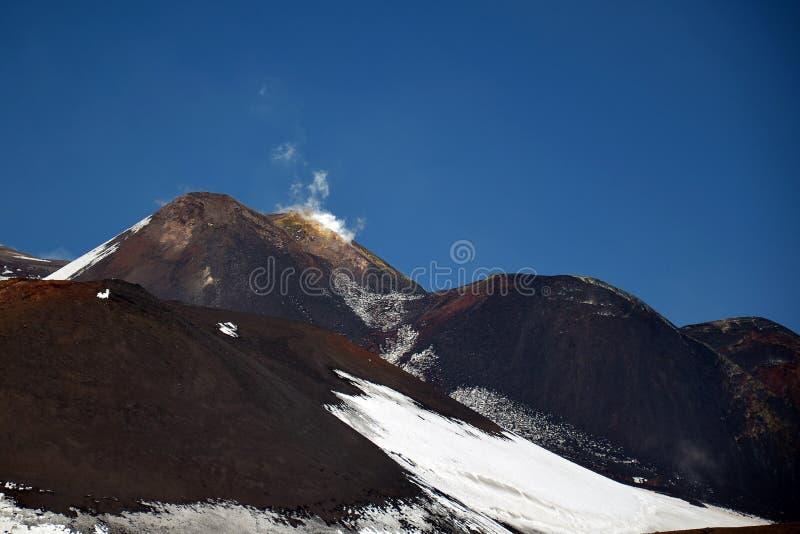 Liggande från Etna de vulkaniska bergen, Sicily royaltyfria bilder