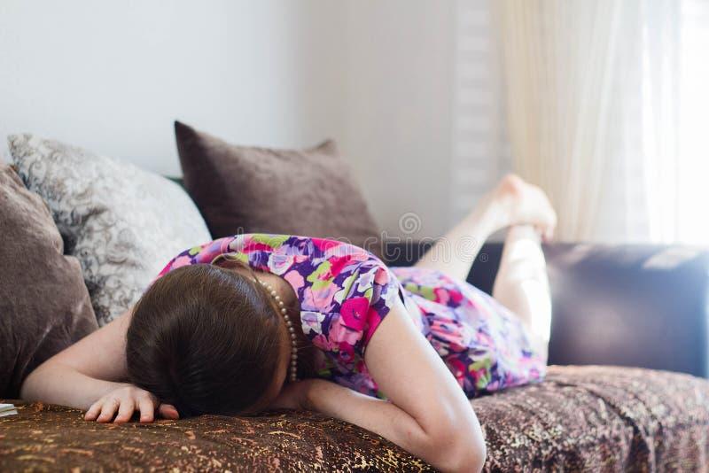 Liggande framsida för ung kvinna ner royaltyfri foto
