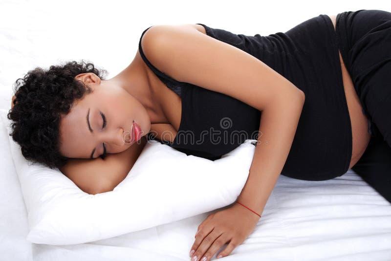liggande gravid kvinna för härligt underlag royaltyfri foto