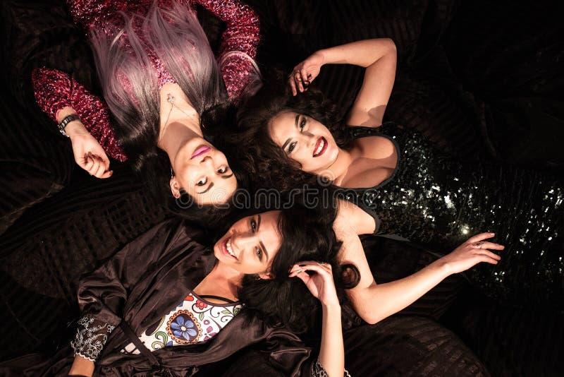Liggande huvud för tre attraktiva kvinnor - - huvud och le fotografering för bildbyråer
