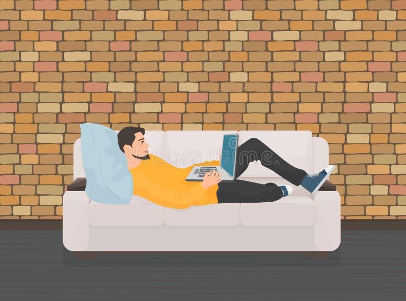 Liggande koppla av för man på soffasoffan och använda bärbara datorn vektor illustrationer
