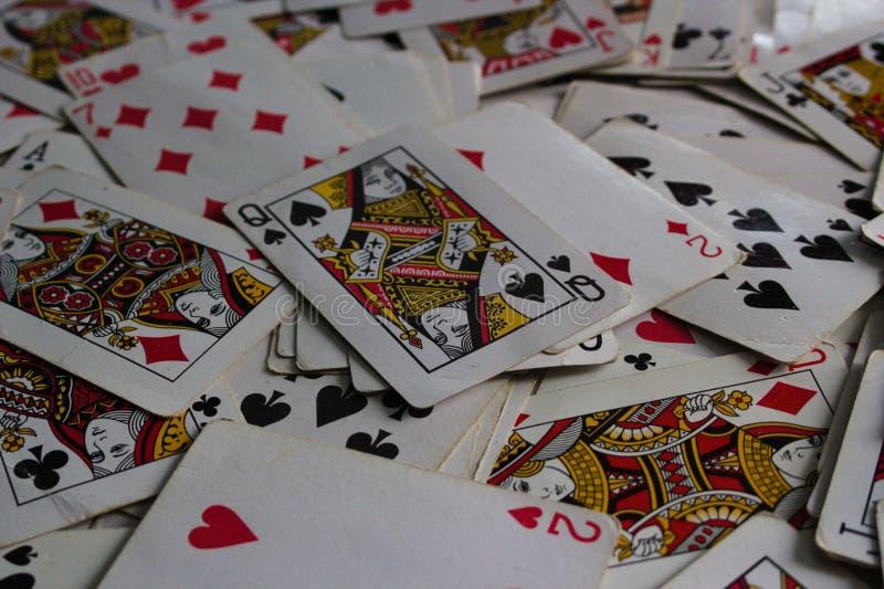 Liggande kort med det utvalda kortet överst som en jokerdam royaltyfri bild