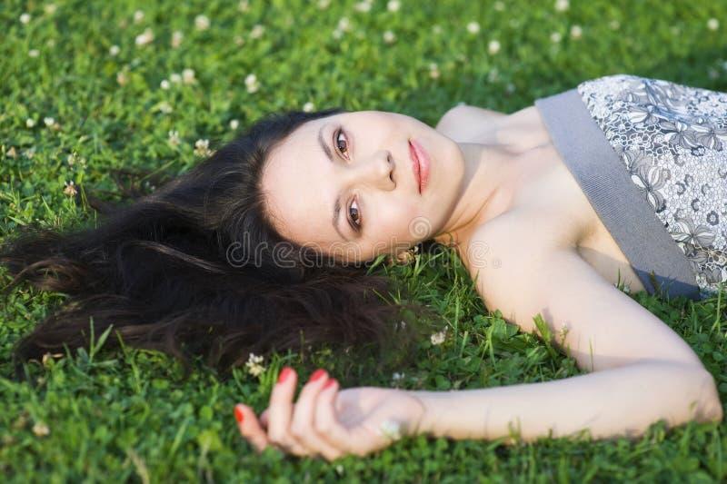 liggande kvinna för gräs arkivbild
