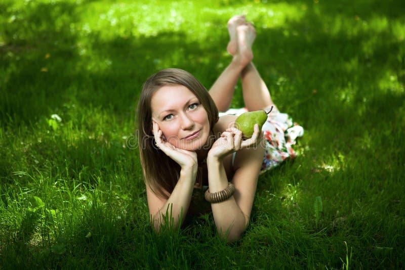 liggande kvinna för härligt gräs arkivfoto