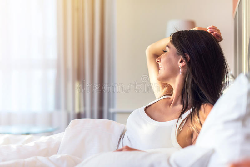 liggande kvinna för härligt underlag Morgon flicka som vaknar upp som ler arkivfoton