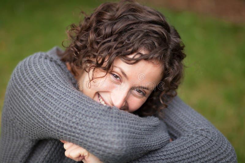 liggande kvinna för jordning Hon har ett charmigt leende arkivfoton