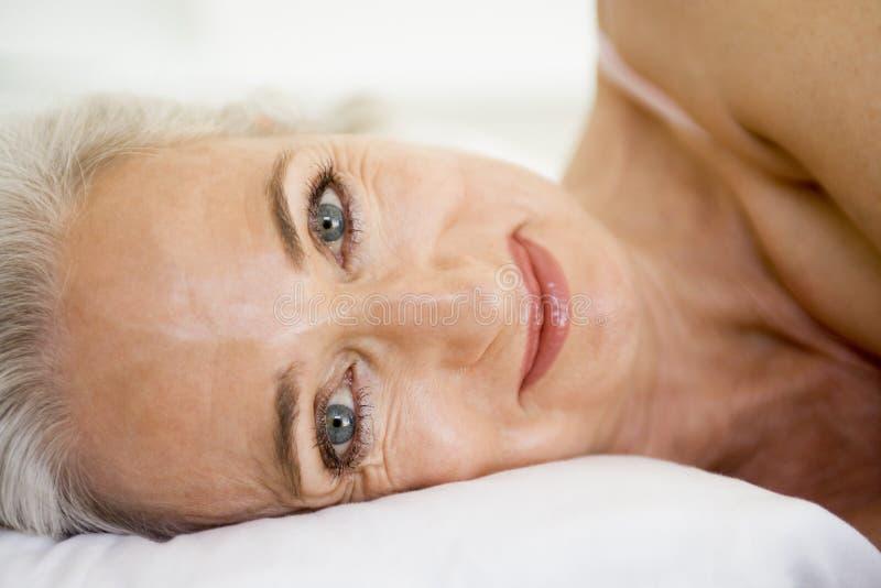 liggande kvinna för underlag arkivfoton