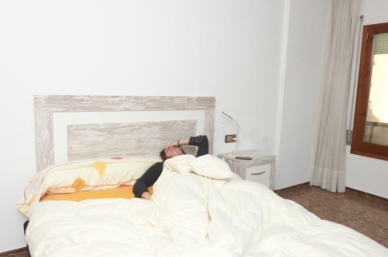 liggande kvinna för underlag Förkrossad kvinna med hennes hand i hennes framsida arkivbilder