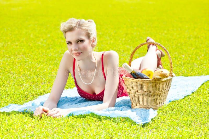 liggande kvinnabarn för blont gräs royaltyfri foto