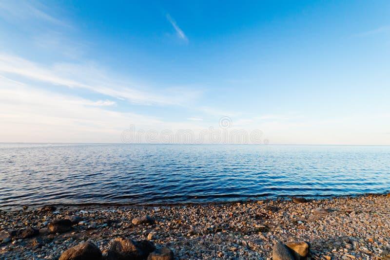 Liggande lugna lake royaltyfri foto