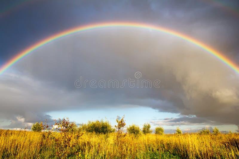 Liggande med regnbågen fotografering för bildbyråer