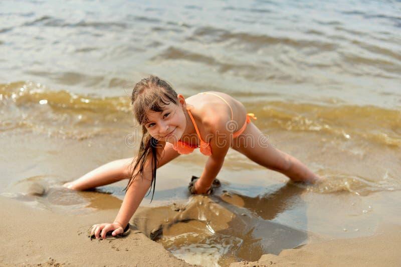 liggande sandigt tonårs- för strandflicka arkivbild
