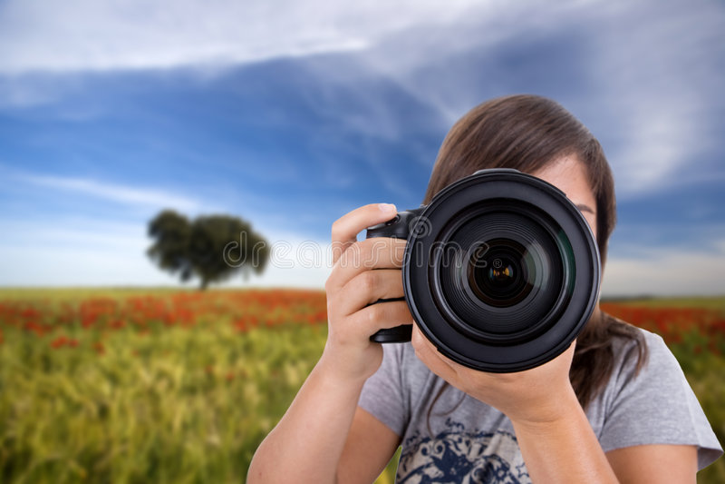 liggande som fotograferar kvinnabarn arkivbild