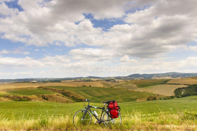 liggandeorcia val tuscany för cykel D royaltyfri fotografi
