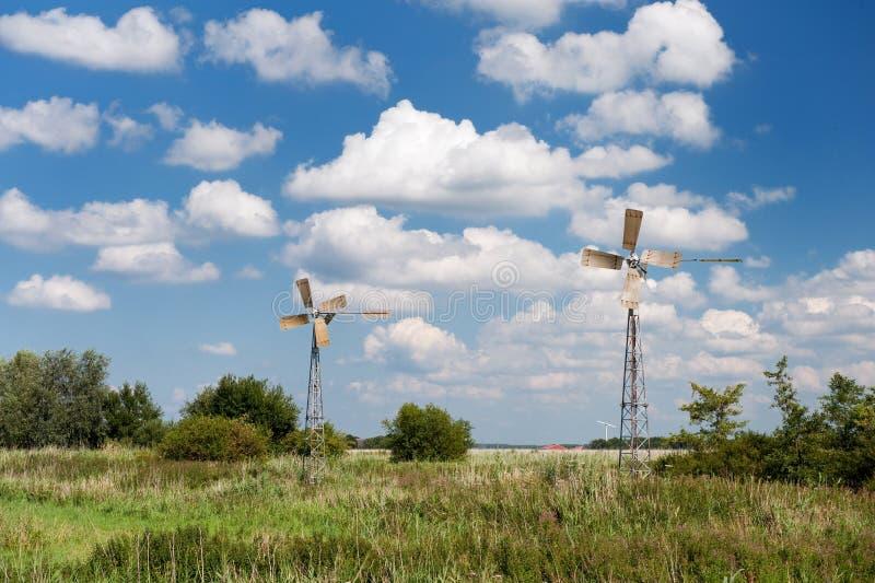liggandesommarwindmills arkivbilder