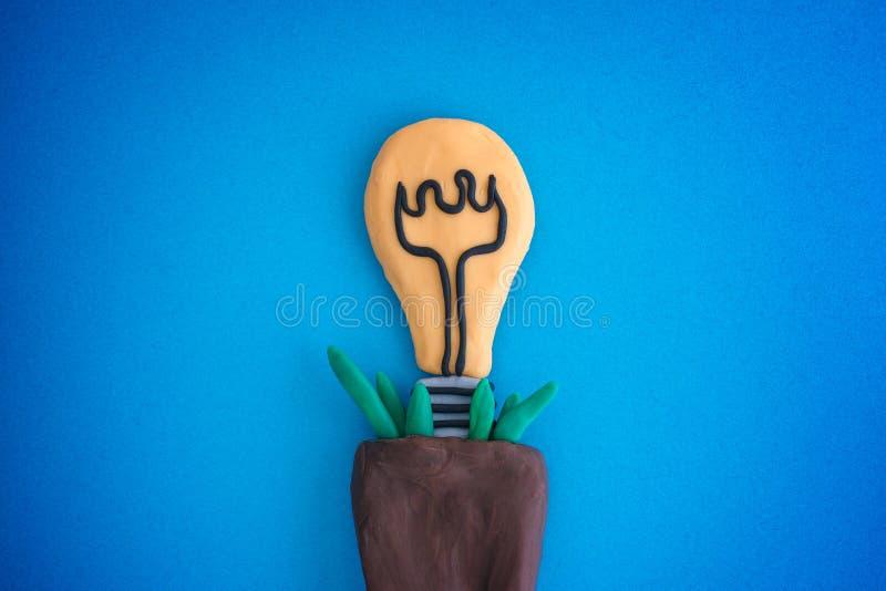 Ligh-Blumenzwiebelzüchtung in einem Blumentopf stockbild