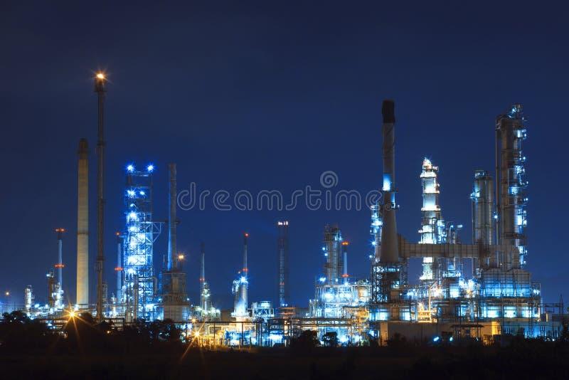Lighing landskap av oljeraffinaderiet som är petrokemiskt i tung industr royaltyfri foto