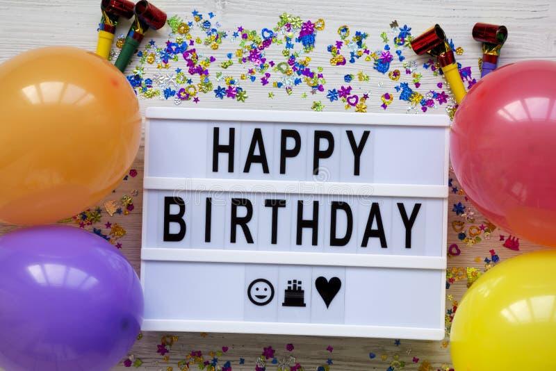 Lightbox con palabras del 'feliz cumpleaños ', partido en una superficie de madera blanca, visión superior de la decoración Endec imágenes de archivo libres de regalías