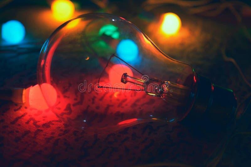Lightbulb με τα χρωματισμένα φω'τα στοκ φωτογραφίες
