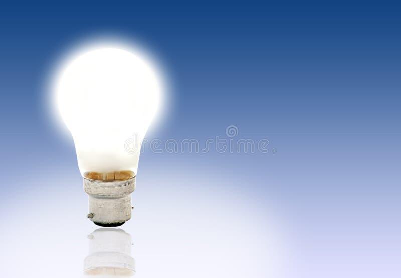Lightbulb op gradblauw stock foto