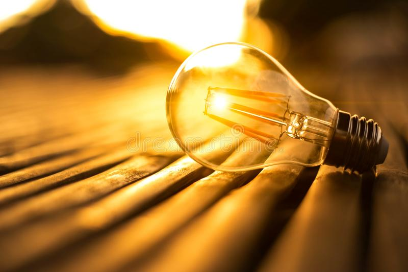 Lightbulb voor sparen energieconcept Elektriciteit bij nacht stock afbeeldingen