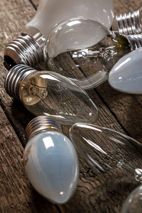 Lightbulbs på träbakgrund arkivbilder